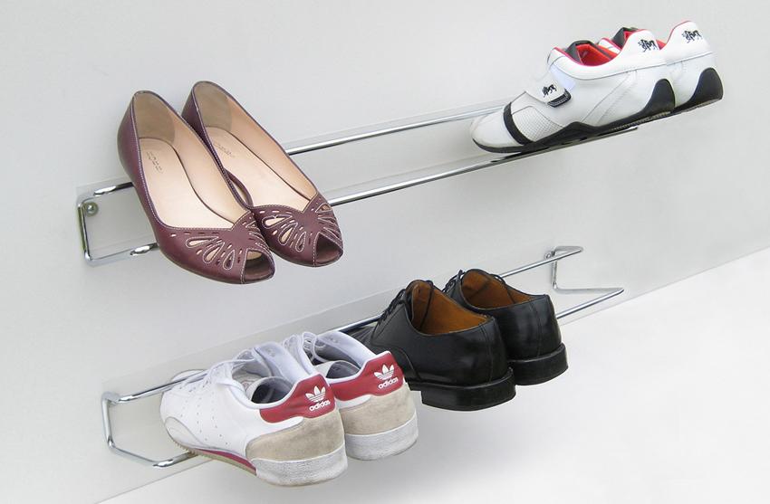 Чтобы сэкономить пространство, можно сделать обувные полки из металлических труб, прикрепленных к стене