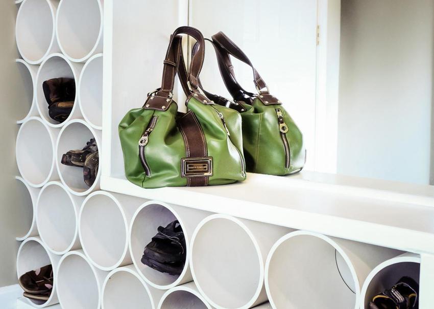 Полки для обуви из труб ПВХ получаются интересными и оригинальными