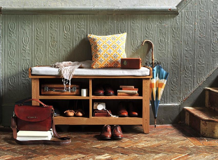 Полки для обуви, выполненные из дерева, смотрятся дорого и красиво