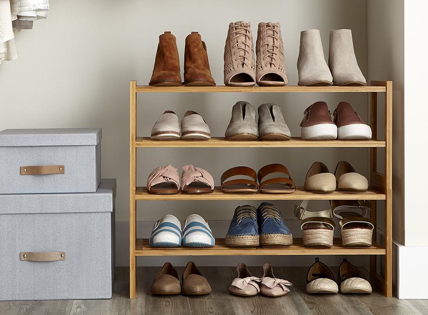 Полки для обуви из дерева подходят под любой интерьер, но для большего срока службы должны быть обработаны влагозащитным средством