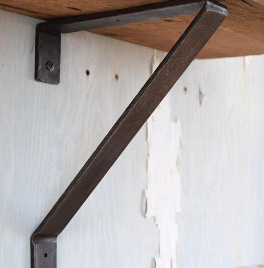 Полки к стенам фиксируются посредством петель или кронштейнов