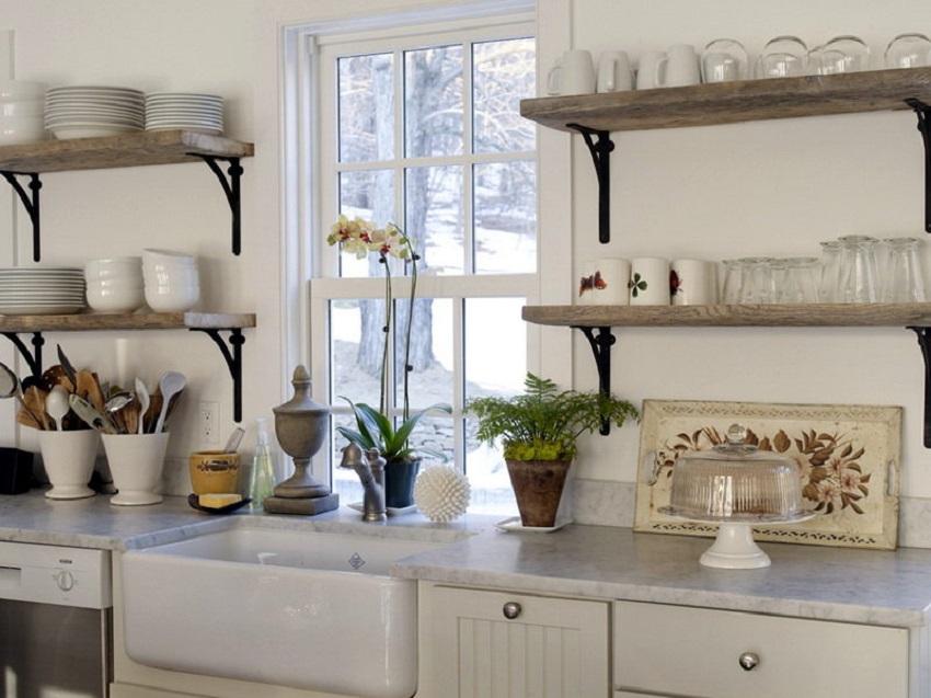Деревянные полки с металлическими кронштейнами красиво смотрятся на кухне с классическим стилем