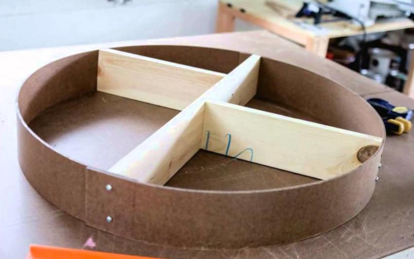 В домашних условиях изготовить полку круглой формы довольно сложно