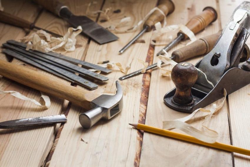 Для изготовления деревянных полок украшенных резьбой понадобиться специальный инструмент