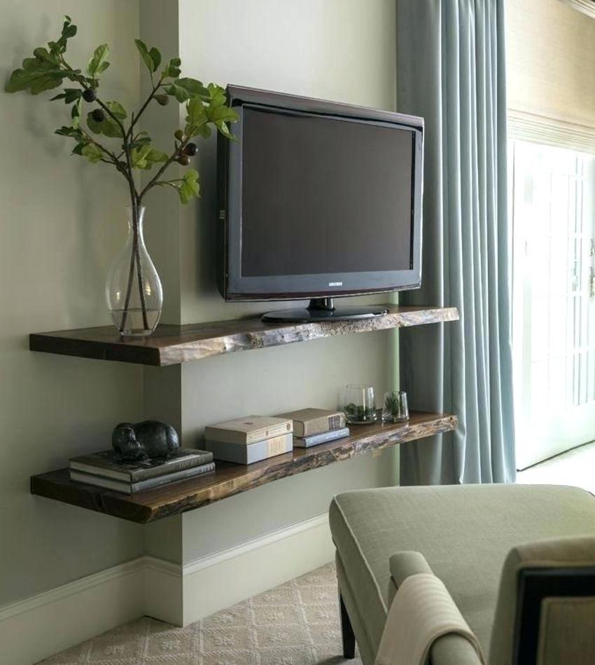 Полка под телевизор из необрезной доски может отлично вписаться в дизайн комнаты