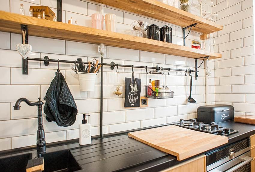 Полки на кухне во всю длину рабочей поверхности могут заменить верхний ярус шкафов