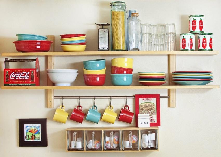 Полка может быть предназначена для хранения книг или красивой посуды