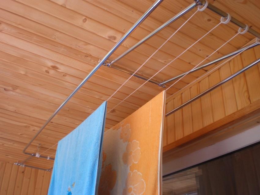 Потолочная сушилка на балкон состоит из рамки с натянутой полимерной сеткой, на которой раскладывают вещи