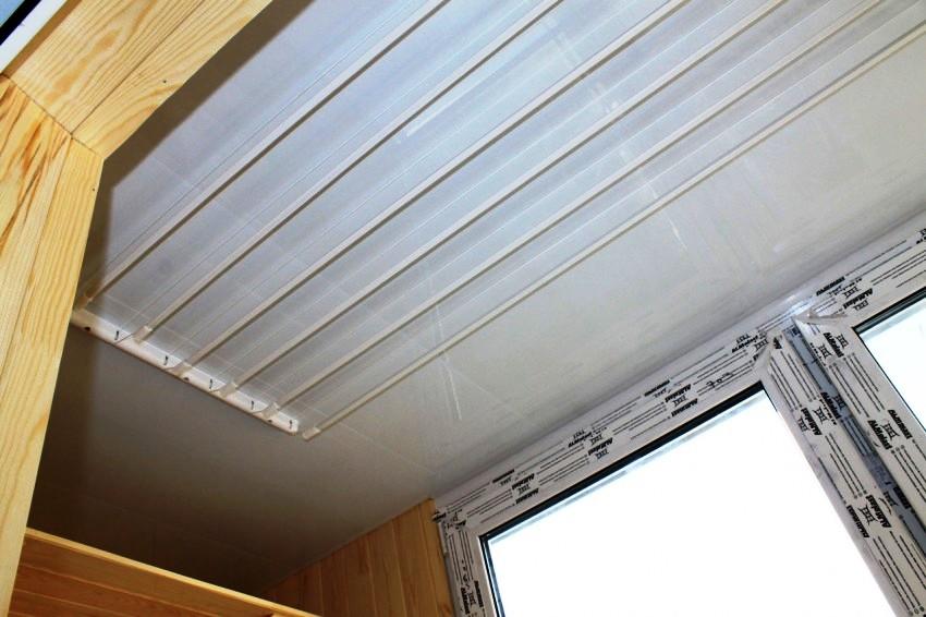 Балконные сушилки для белья различаются размерами, максимально допустимой массой одежды и вариантами крепления