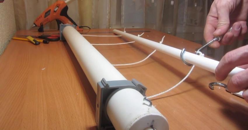 Веревки фиксируются крючками на петли, которые нужно натянуть по всей длине внутри каркаса таким образом, чтобы они не провисали