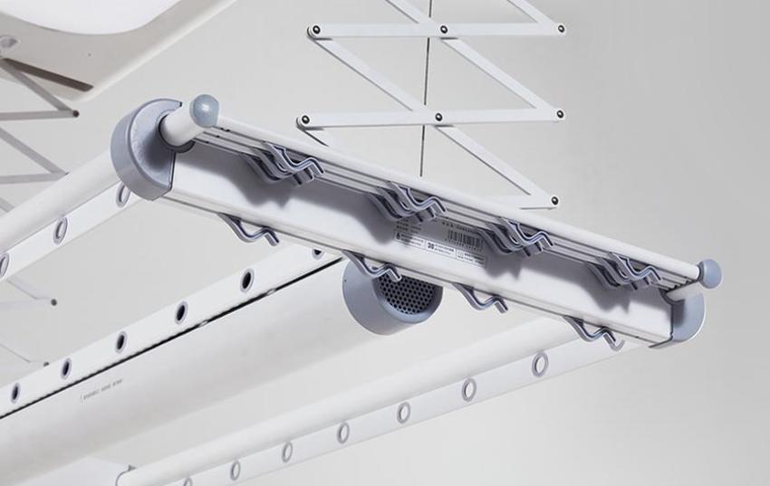 Наиболее практичным вариантом считается потолочная конструкция, которая работает по принципу жалюзи