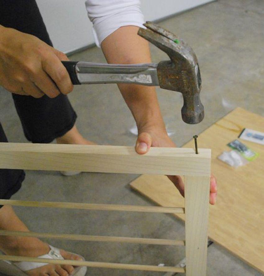 Необходимо сложить деревянные брусья конструкции наподобие рамы и соединить их гвоздями