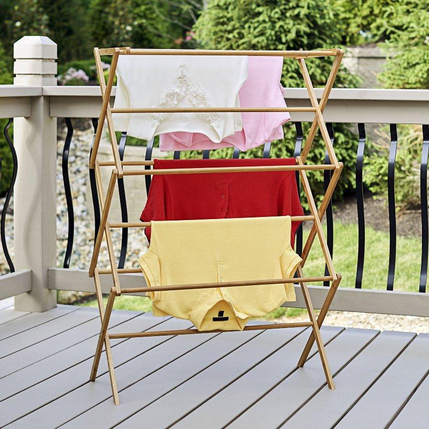 Напольная сушилка представляет собой складную конструкцию, которую можно установить в любом месте балкона или лоджии