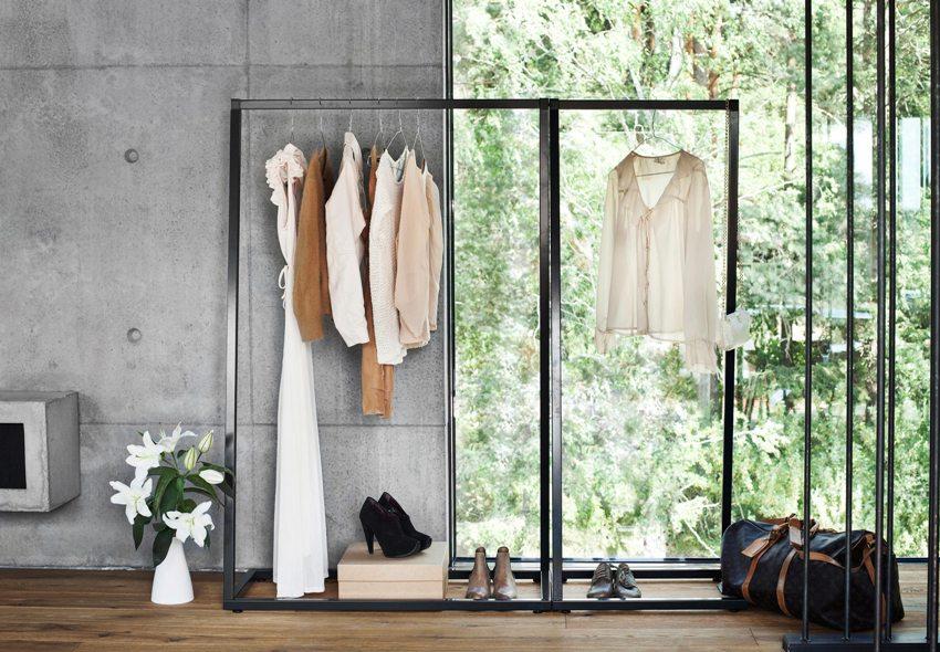 На открытой вешалке в прихожей можно хранить верхнюю одежду, и при этом она не занимает много пространства