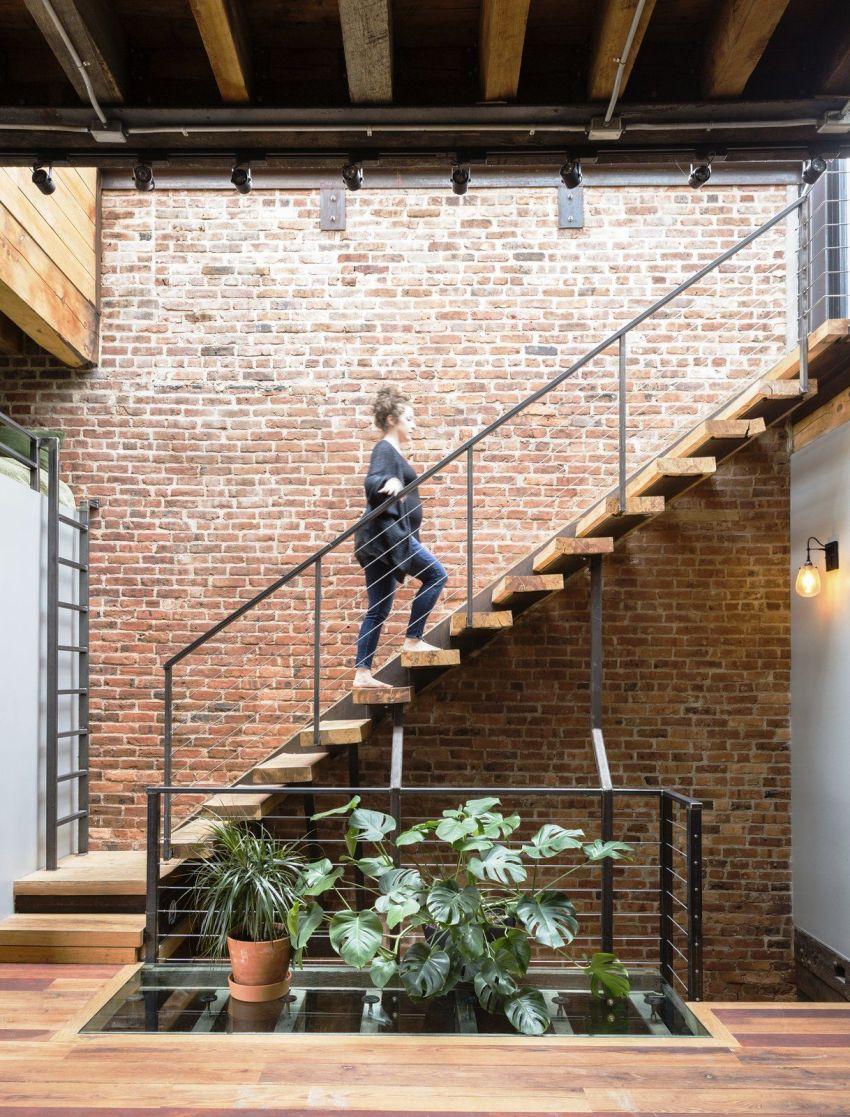 Основным элементом прихожей в квартире в стиле лофт считается кладка из кирпича