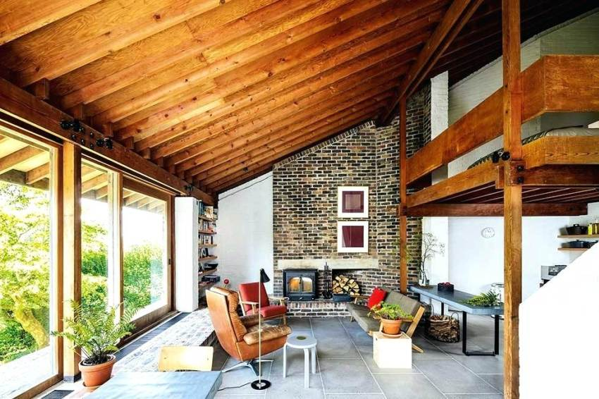 Внутренняя отделка деревянных домов чаще всего начинается с потолка