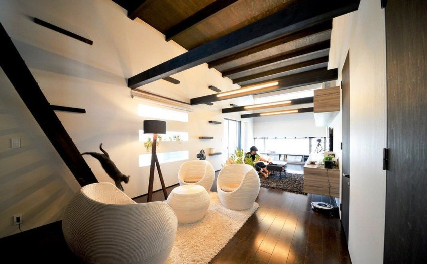 Создать необычный и оригинальный дизайн гостиной частного дома можно с помощью балок из разных пород древесины