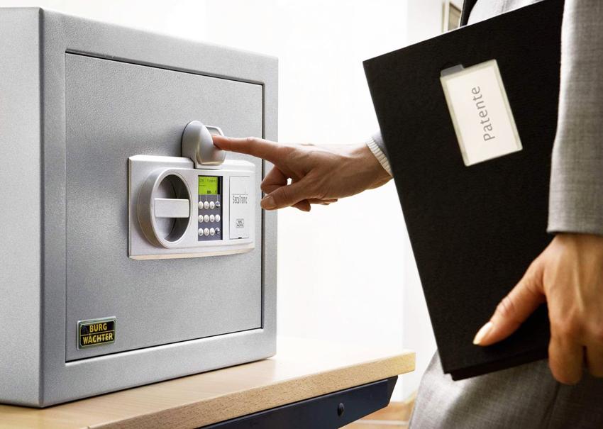 Сейф с биометрическим замком относится к наиболее взломостойким, но его недостатком является высокая цена
