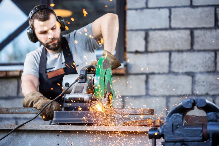Изготовить сейф можно и самостоятельно, но, чтобы сделать его устойчивым к взлому и пожару, нужно иметь спецоборудование и профессиональные навыки