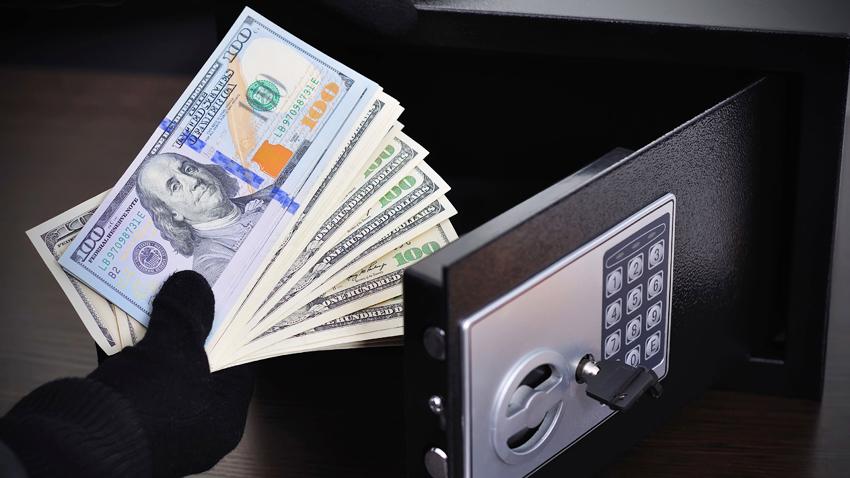 Для денег и драгоценностей подойдет маленький сейф для квартиры