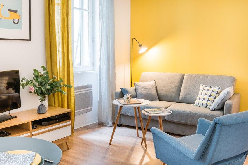 В светлом помещении присутствуют один-два ярких акцента – это может быть предмет мебели или текстиль