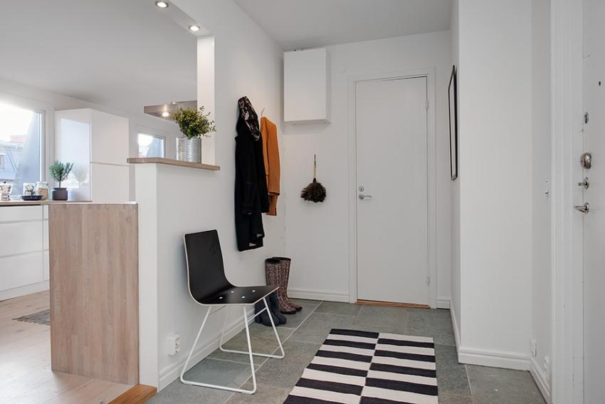 Декор стен в скандинавском стиле в прихожей или коридоре должен быть выполнен в светлых тонах