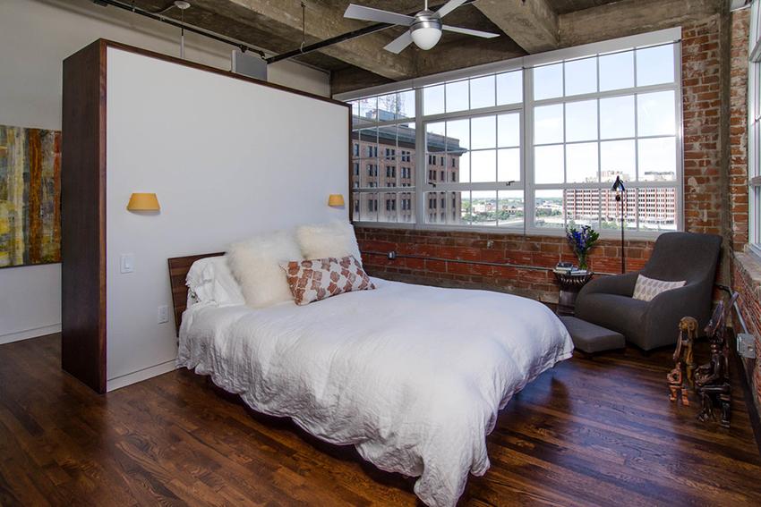 Для зонирования спальни можно использовать шкафы или другую мебель