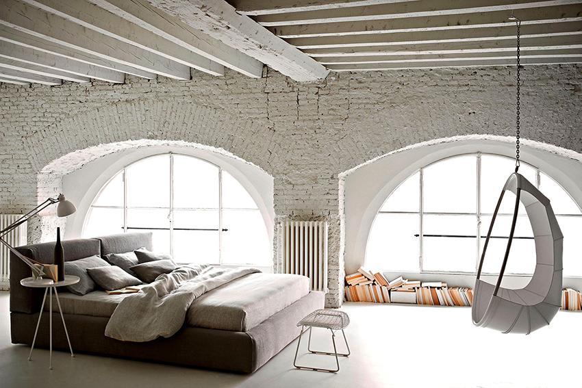 Для отделки потолка используют балки или необработанные доски