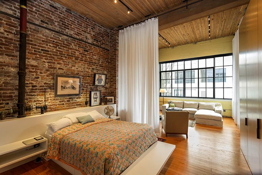 Чтобы разделить спальню на зоны можно использовать перегородки или шторы