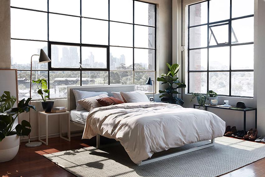 Большие окна, не завешенные шторами – отличительная черта стиля лофт