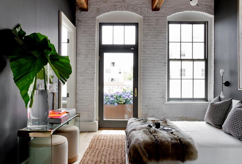 Чтобы маленькая спальня выглядела просторней ее необходимо отделывать в светлых тонах