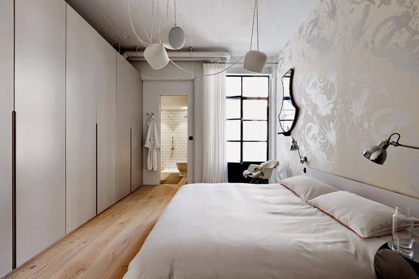 Для освещения спальни в стиле лофт подойдут трековые светильники, подвесные фонари или торшеры