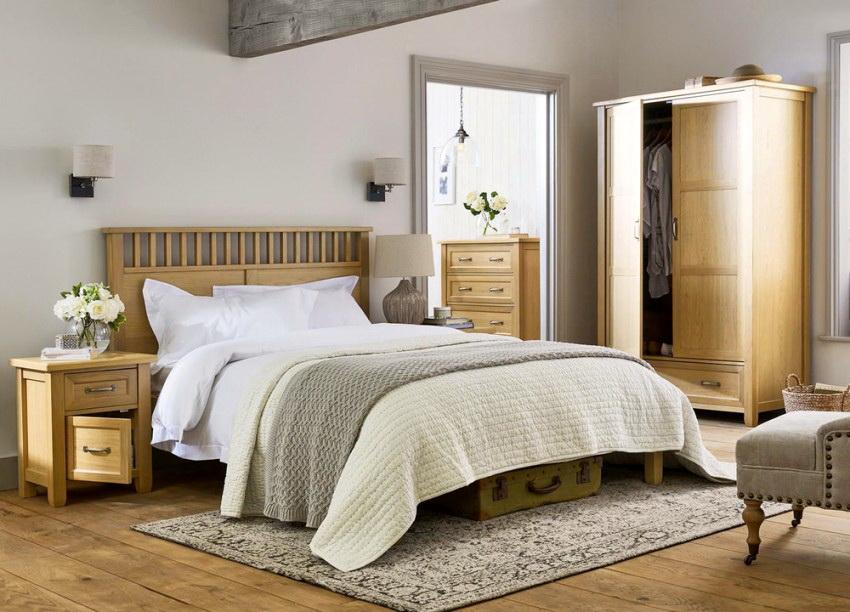 Оптимальный вариант - спальный гарнитур из недорогих пород дерева, таких как сосна, береза, бук