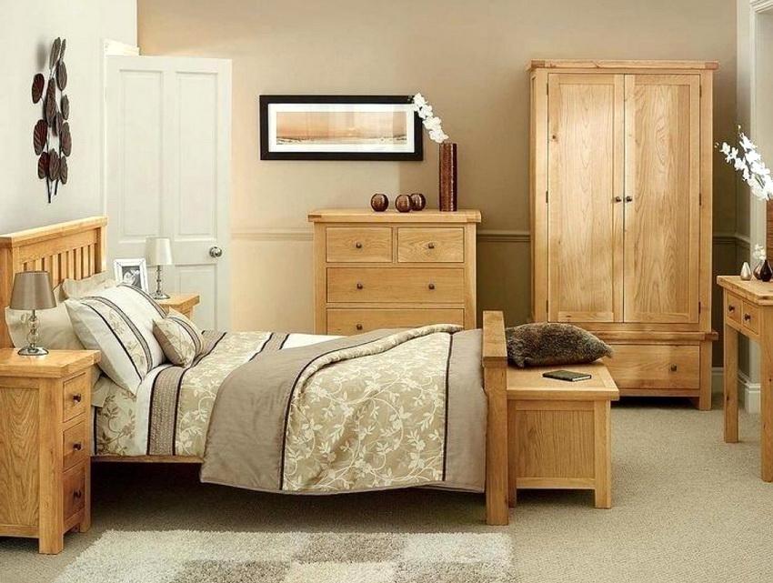 Спальный гарнитур из натурального дерева считается самым экологичным вариантом