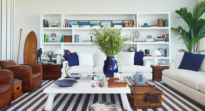 Потолок и стены гостиной в средиземноморском стиле рекомендуется выполнить в белом цвете