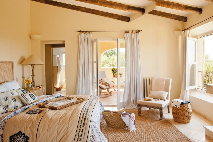 Для итальянской разновидности средиземноморского стиля характерно сочетание солнечно-желтого, золотистого, оранжевого, бежевого и всех оттенков коричневого