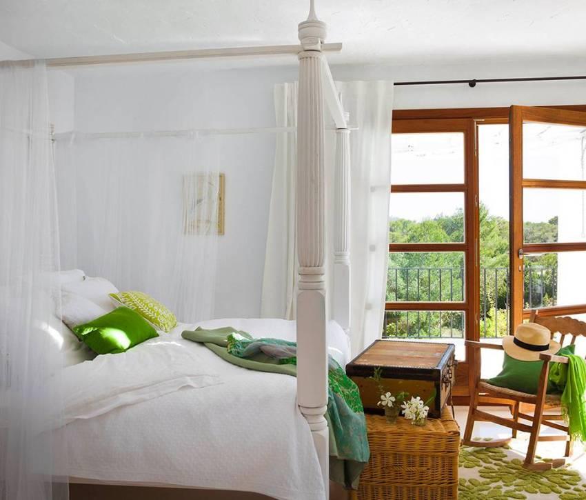 Воздушность помещению в средиземноморском стиле придаст балдахин над большой кроватью и легкие занавески