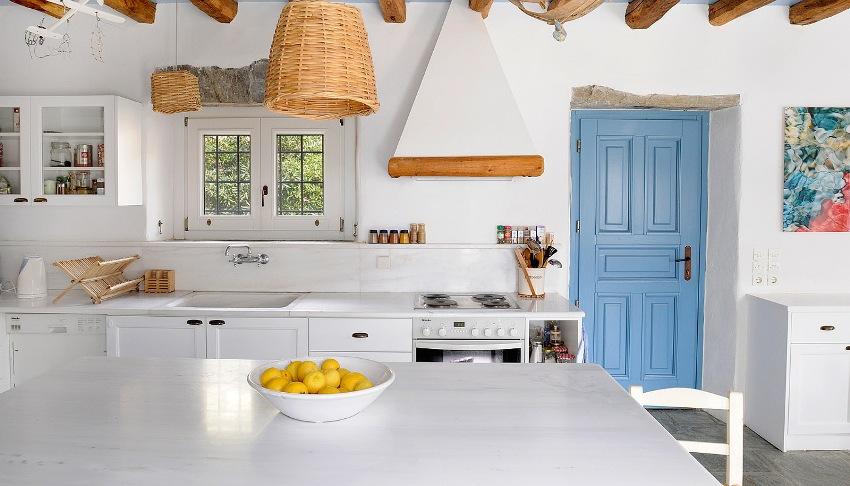 Средиземноморский стиль предполагает использование нежных бело-голубых тонов в интерьере