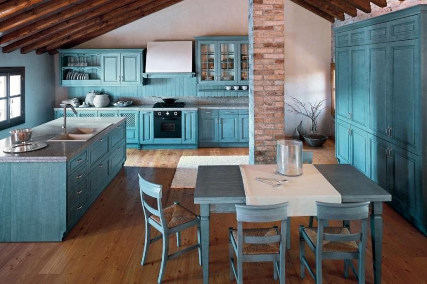 В качестве напольного покрытия для кухни в средиземноморском стиле оптимально подходит коричневая плитка с имитацией древесины