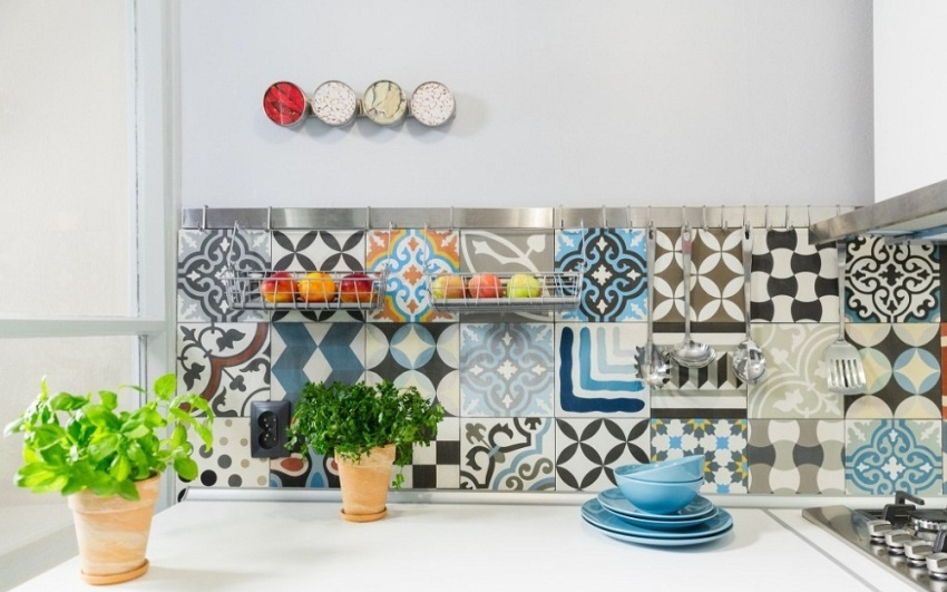 Гармонично смотрится в итальянском интерьере кухни плитка с принтами в виде цветов и узоров