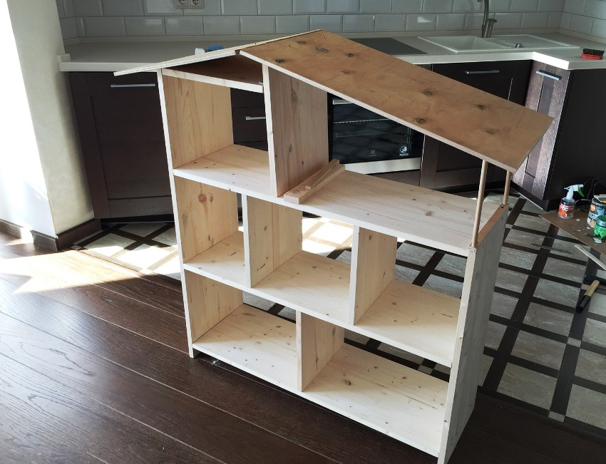 Стеллаж для детской комнаты несложно сделать и своими руками из дерева, мебельных щитов, ЛДСП и других материалов