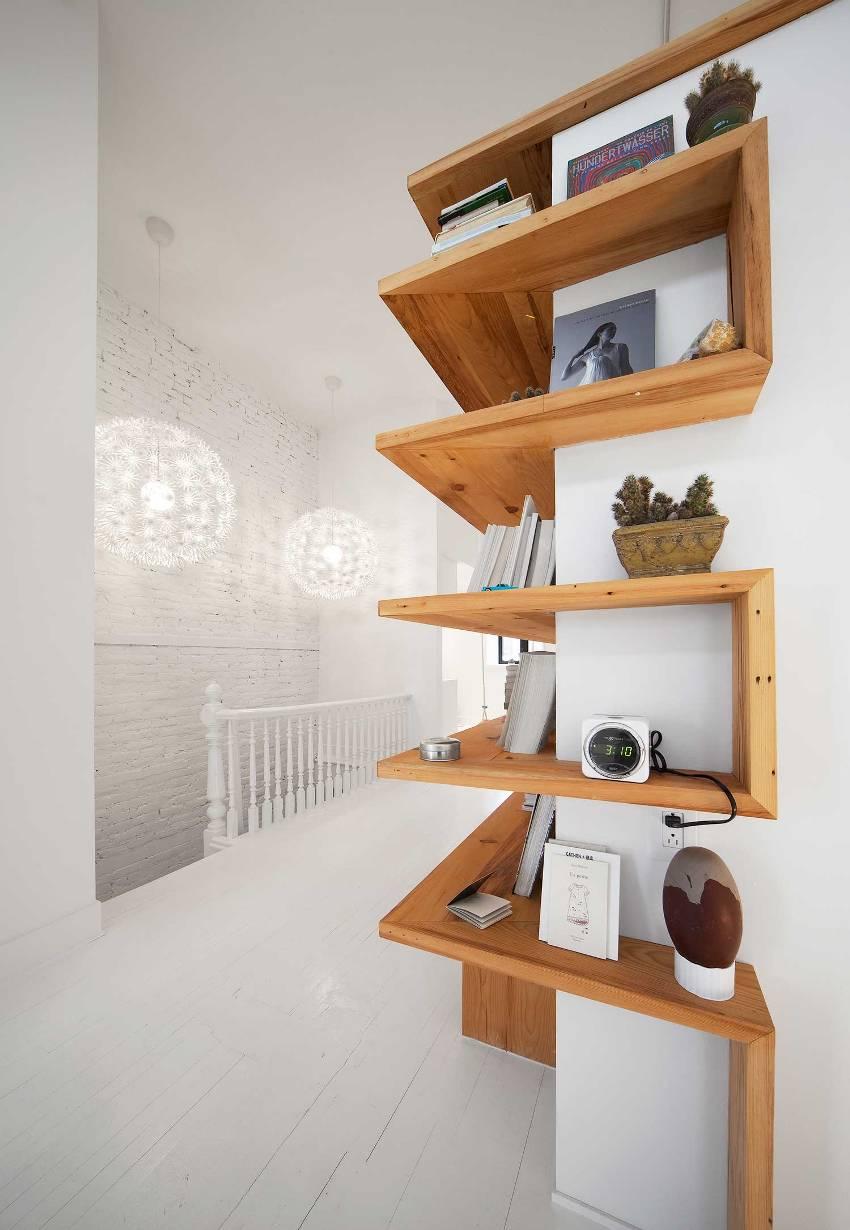 Угловой стеллаж хорош тем, что подходит как для ограниченного места, так и пространства с большим запасом