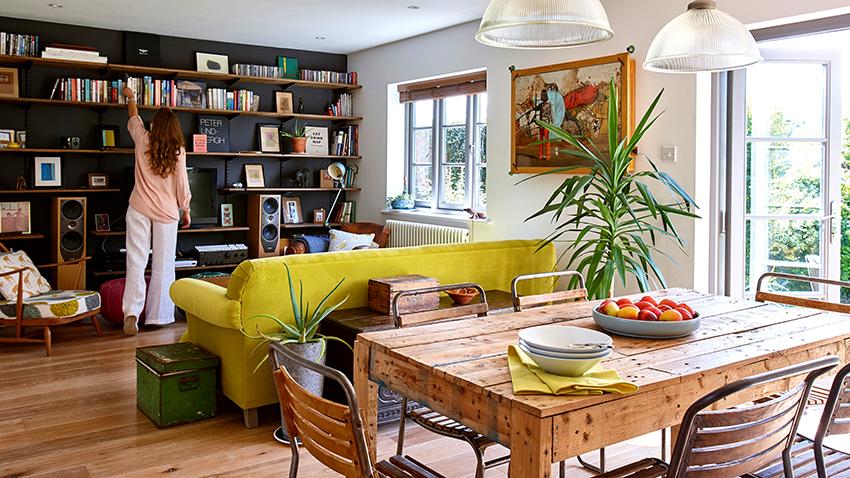 Деревянный стеллаж является самым экологически чистым для установки в жилом помещении