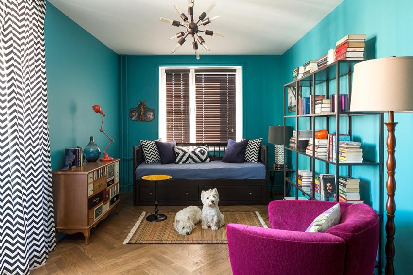 Для малогабаритных комнат стеллаж - отличный способ сэкономить полезную площадь