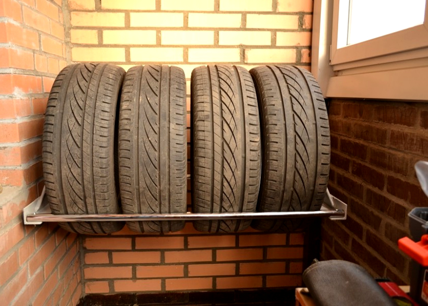 Металлический балконный стеллаж для шин - выгодное решение для тех, у кого нет гаража