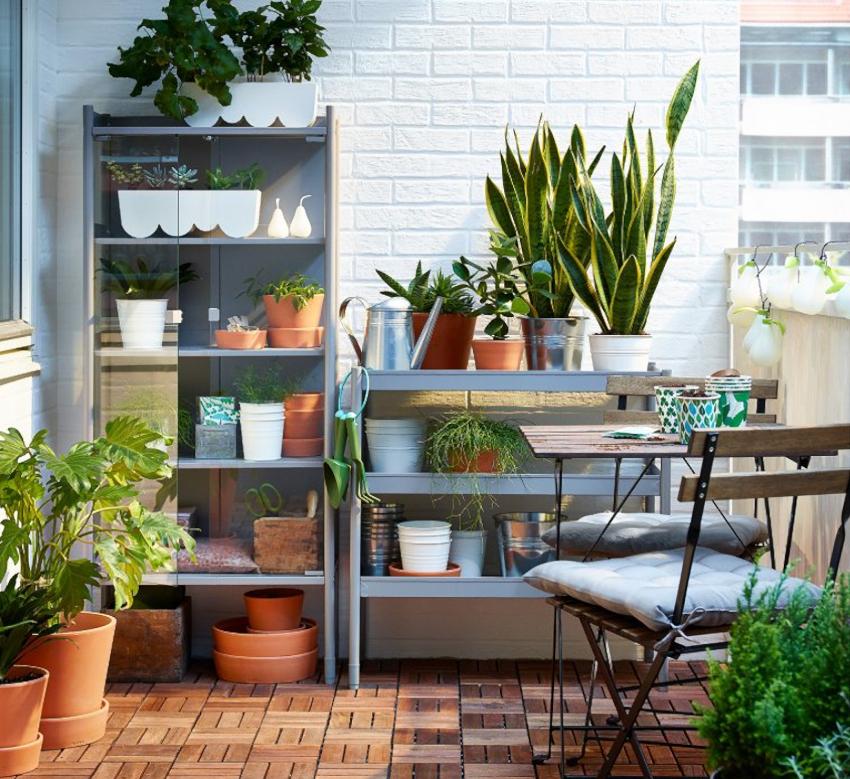 Для открытых балконов подойдут готовые пластиковые стеллажи компании ИКЕА