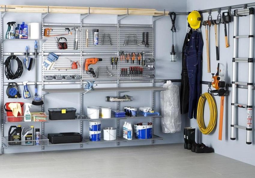 Если размеры гаража позволяют, стеллаж лучше сделать на ширину всей стены