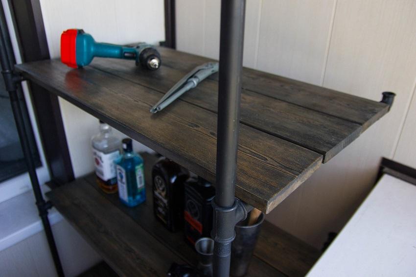 Стеллаж в стиле лофт можно выполнить из металлических труб, соединенных уголками