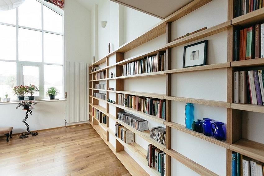 Стеллаж из бруса будет надежной конструкцией для большого количества книг