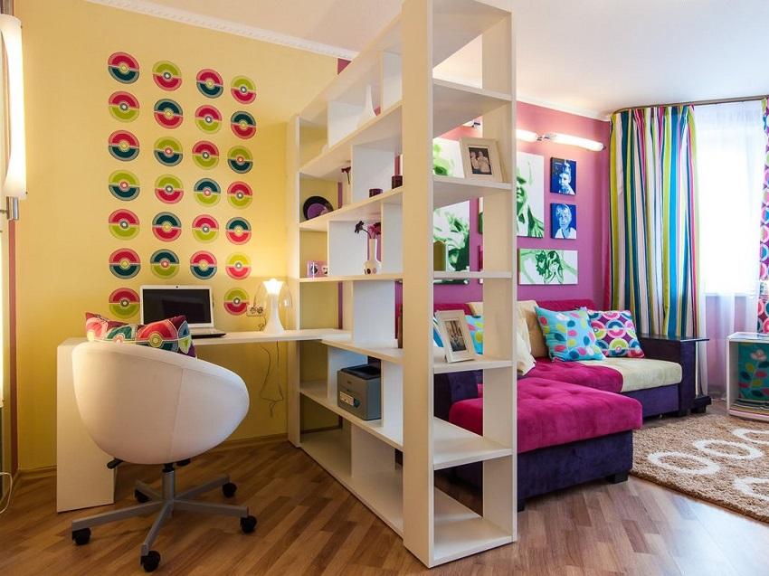 Очень широкий стеллаж используемый для зонирования может сильно уменьшить площадь помещения